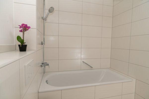 Ansicht der Badewanne im Bad der Musterwohnung