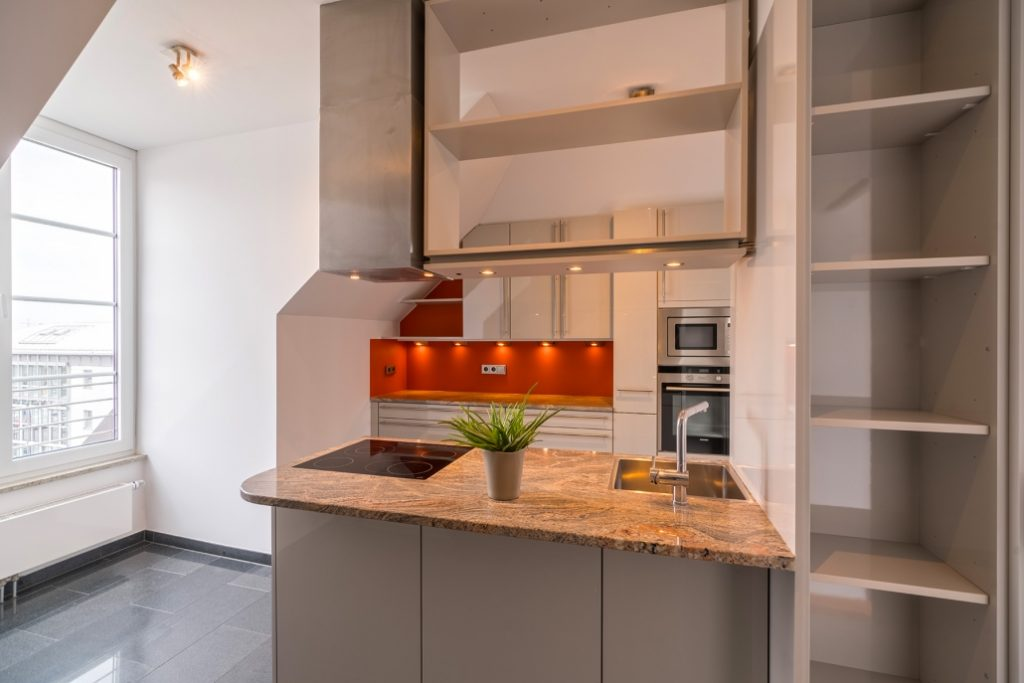 Küche der exklusiven Dachgeschoss-Wohnung am Ostbahnhof mit Nahaufnahme der Kücheninsel