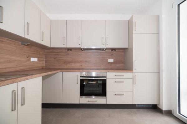 Ansicht der Küchenzeile in der Küche der Musterwohnung