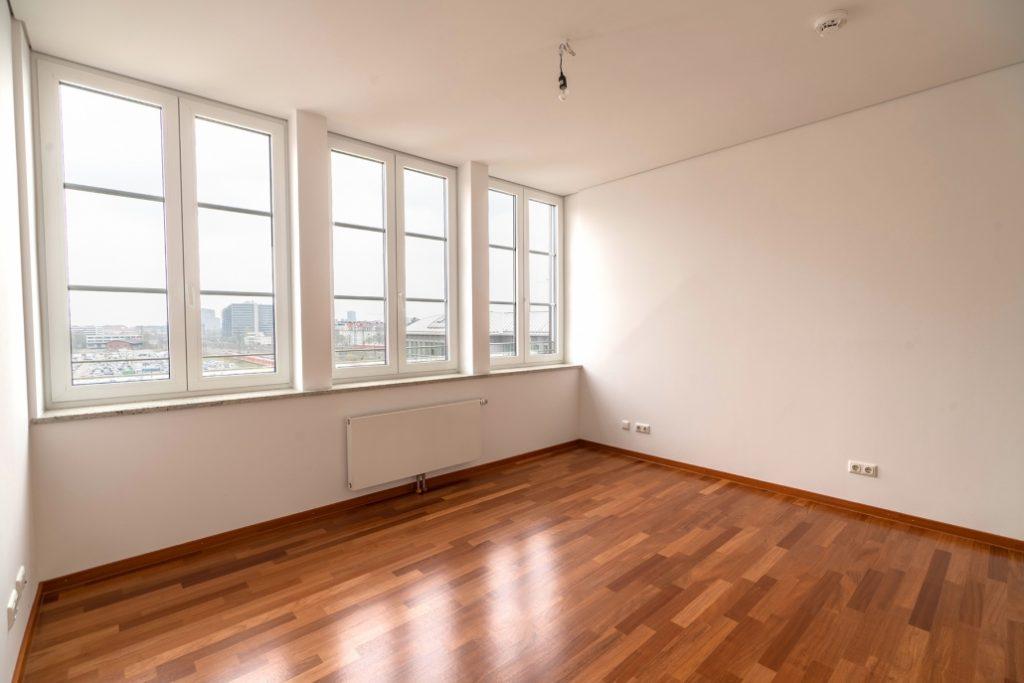 Schlafzimmer der exklusiven Dachgeschoss-Wohnung am Ostbahnhof mit Nahaufnahme der Kücheninsel