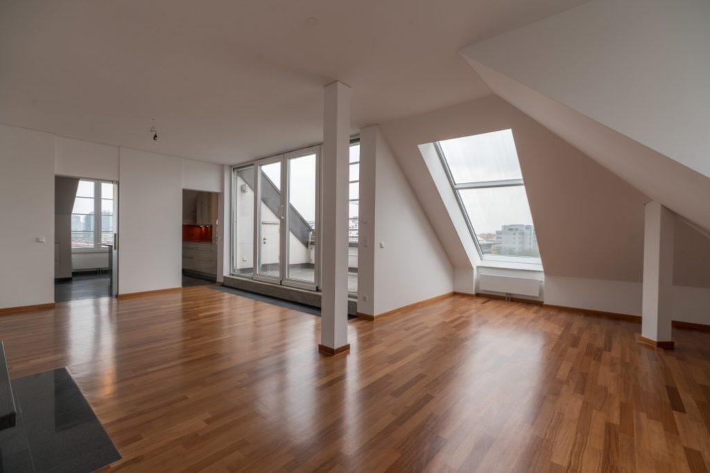 Wohnzimmer der exklusiven Dachgeschoss-Wohnung am Ostbahnhof mit Ansicht des Balkons