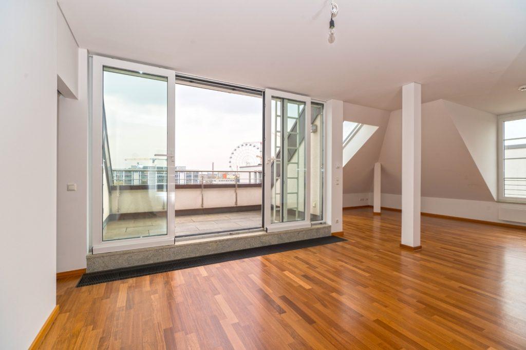 Wohnzimmer der exklusiven Dachgeschoss-Wohnung am Ostbahnhof mit Nahaufname des Balkons