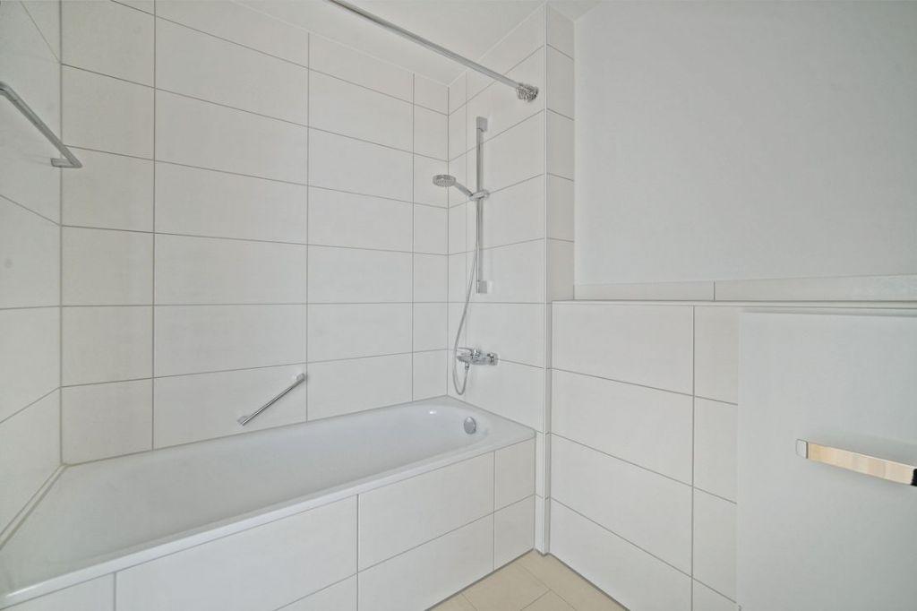 Bad 1 mit Wanne 1024x682 - Neubau! Erstbezug! Moderne 4-Zimmer-Wohnung mit Einbauküche und Loggia (Whg. 08.19)
