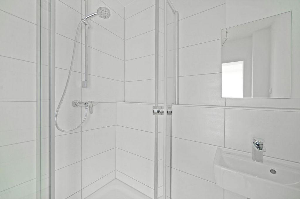 Bad 2 mit Dusche 1024x682 - Neubau! Erstbezug! Moderne 4-Zimmer-Wohnung mit Einbauküche und Loggia (Whg. 08.19)