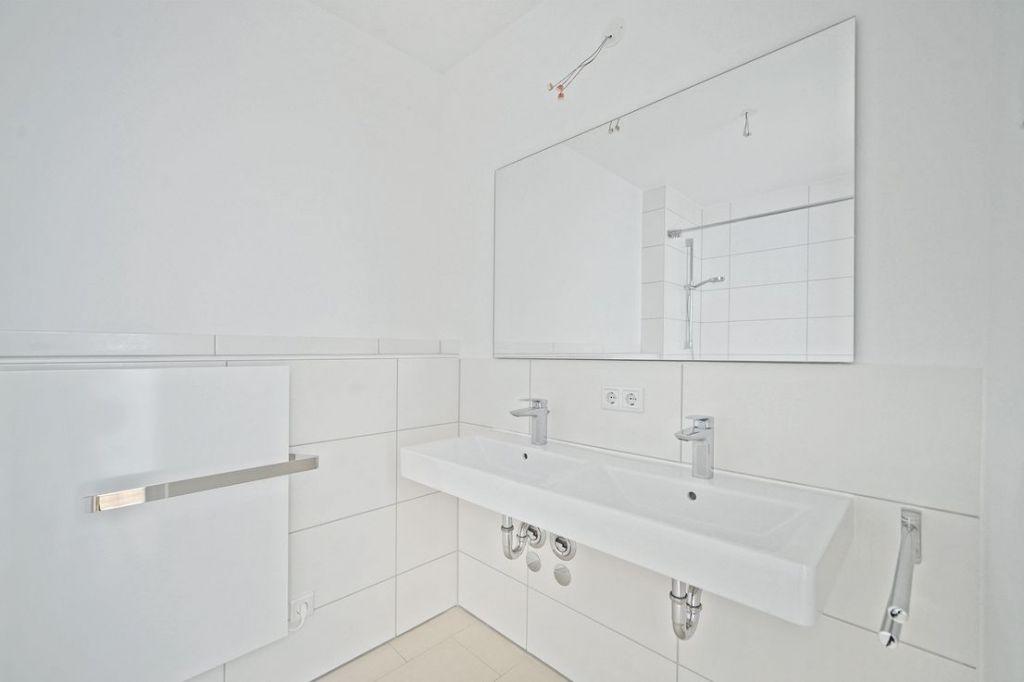 Bad Doppelwaschbecken 1024x682 - Neubau! Erstbezug! Moderne 4-Zimmer-Wohnung mit Einbauküche und Loggia (Whg. 08.19)