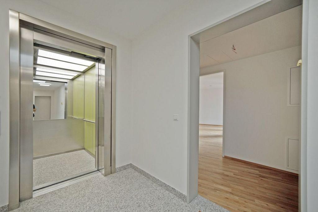 Aufzug zur Wohnung 1024x682 - Neubau! Erstbezug! Moderne 3-Zimmer-Wohnung mit Einbauküche und Loggia (Whg. 07.12)