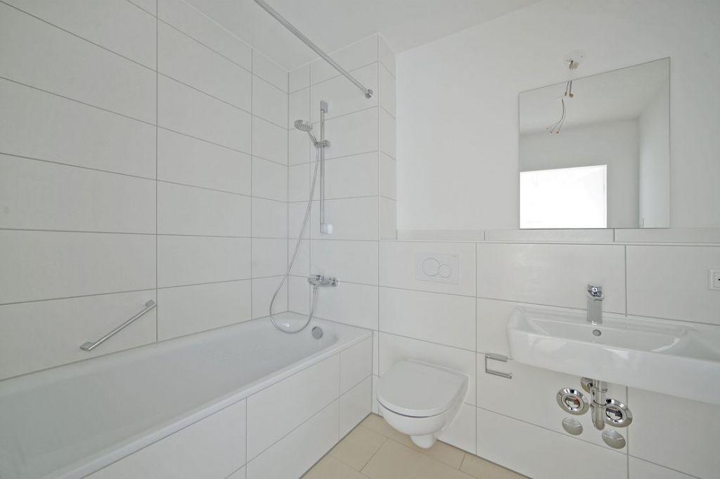 Bad mit Wanne 1 1024x682 - Neubau! Erstbezug! Großzügige 2- bis 4-Zimmer-Wohnungen in Neupasing
