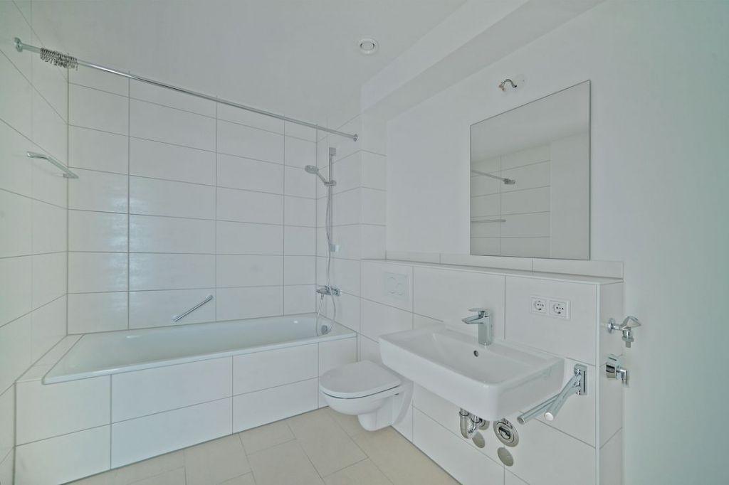 Bad mit Wanne 1024x682 - Neubau! Erstbezug! Moderne 3-Zimmer-Wohnung mit Einbauküche und Loggia (Whg. 07.12)