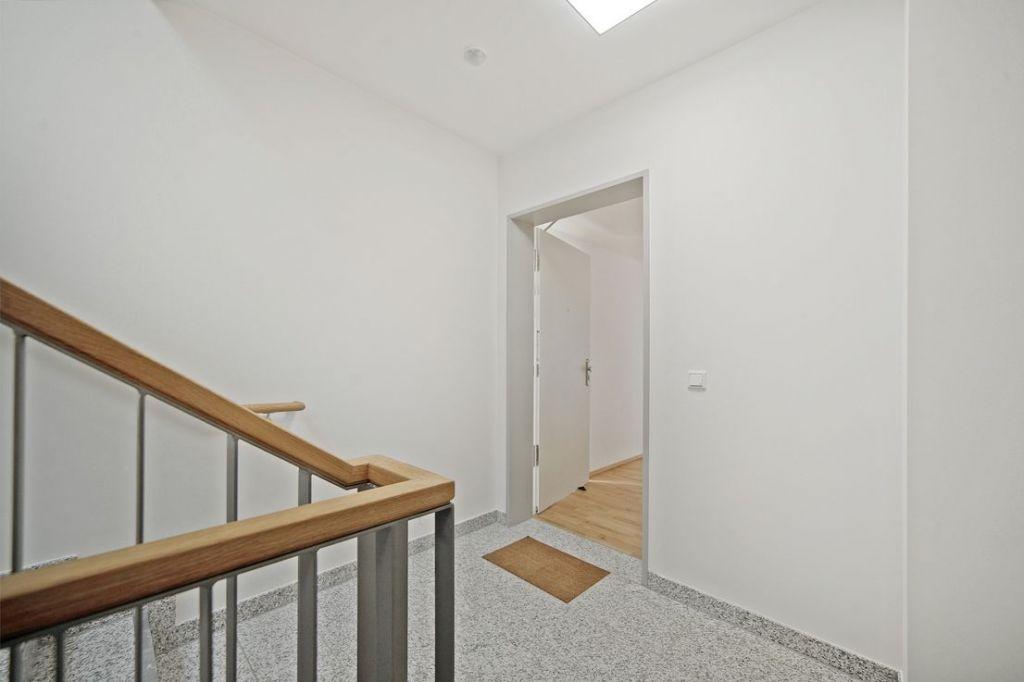 Treppenhaus 1024x682 - Neubau! Erstbezug! Großzügige 2- bis 4-Zimmer-Wohnungen in Neupasing