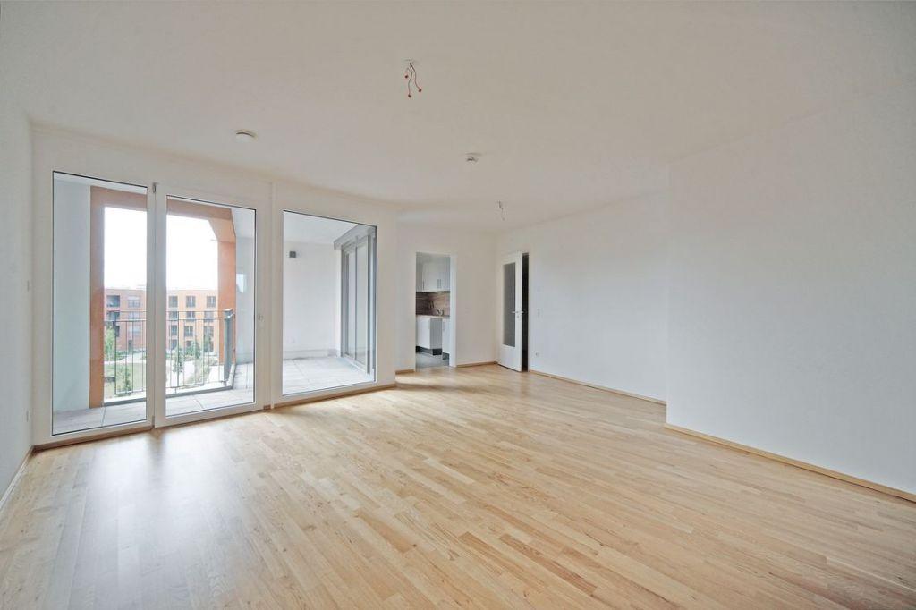 Wohnen mit Blick zur Loggia 1024x682 - Neubau! Erstbezug! Moderne 3-Zimmer-Wohnung mit Einbauküche und Loggia (Whg. 07.12)