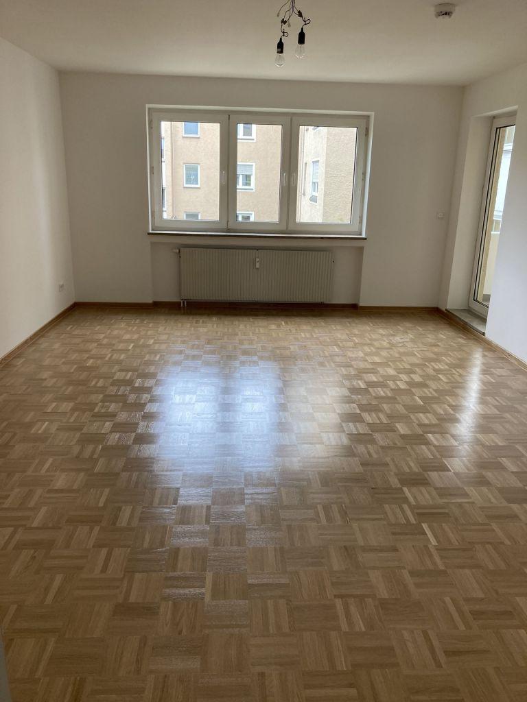 Wohnzimmer 768x1024 - 3-Zimmer-Wohnung mit zwei Balkonen am Hirschgarten