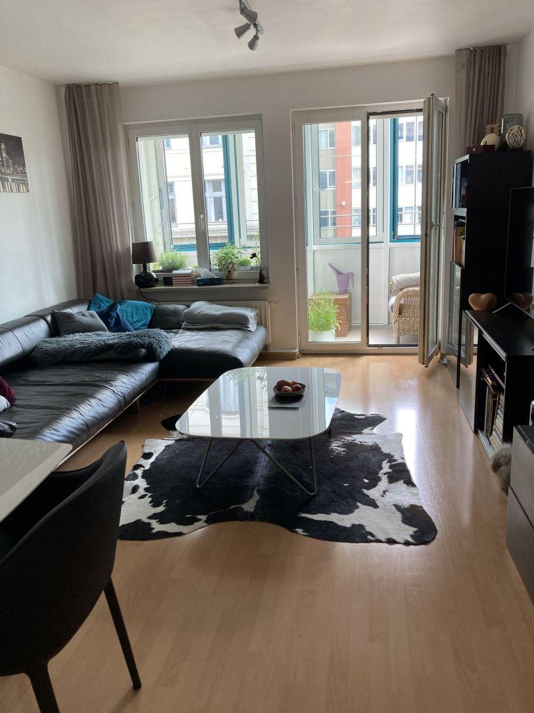 Wohnzimmer 768x1024 - 2-Zimmer-Wohnung im Zentrum Münchens