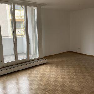 Wohn-/Schlafzimmer (Blick zum Balkon)